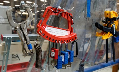 10135-rsz_lockout_tagout_carrier_easily_mountable_on_wall