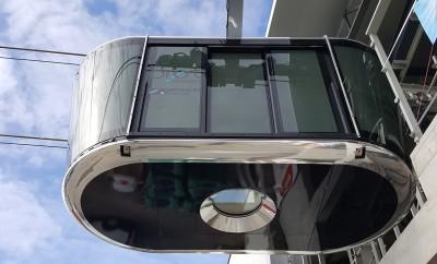 Luk podłogowy pozwala pasażerom patrzeć pionowo w dół na trasę wagonika linowego