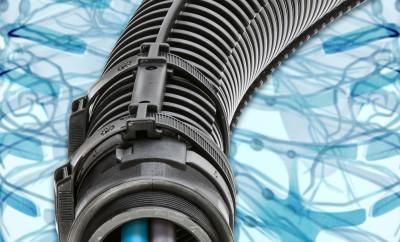 Osłonę e-rib od igus wystarczy bezpośrednio zamocować do karbowanej tuby. Stabilizuje to tubę i umożliwia jej ruch tylko w jednym kierunku. (Źródło: igus GmbH)