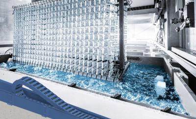 Innowacyjny materiał systemu rynien prowadzących guidelite plus EG zapewnia wysoką odporność na substancje chemiczne, co umożliwia jego stosowanie w procesach powlekania galwanicznego. (Źródło: igus GmbH)